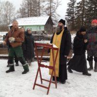 Крест на купол алтарной части Георгиевской церкви освятили и установили в деревне Река.