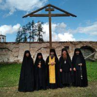 Поклонный крест у стен обители.
